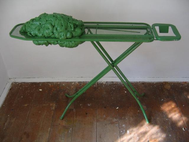 © Wilhelm Roseneder. Grüne Erweiterung/Green expansion, 2005. Polyurethan, Acryllack auf Metall (Bügelbrett)/Polyurethane, acrylic varnish on metal (ironing board), 1.02x1.30x36 cm