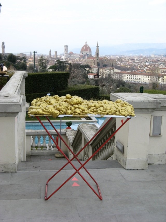 © Renate Egger and Wilhelm Roseneder. Goldene Erweiterung/Golden expansion. Street art project - temporary installation in public space. Artour-o il must. Villa la Vedetta. Florence, Tuscany, Italy, 2011
