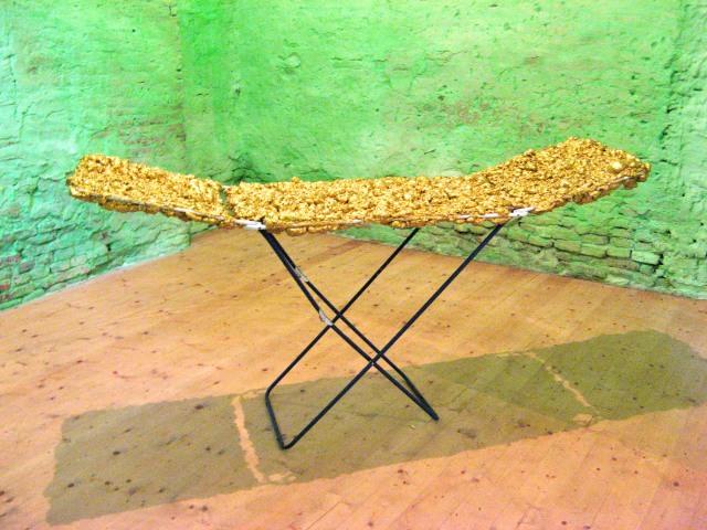© Wilhelm Roseneder. Goldene Erweiterung II/Golden expansion II, 2009. Polyurethan, Acryllack auf Metal (Wäschetrockner)/Polyurethane, acrylic varnish on metal (clothes-dryer), 2.00x93x56 cm. Artfarm Pilastro. Pilastro di Bonavigo. Verona, Italy 2011