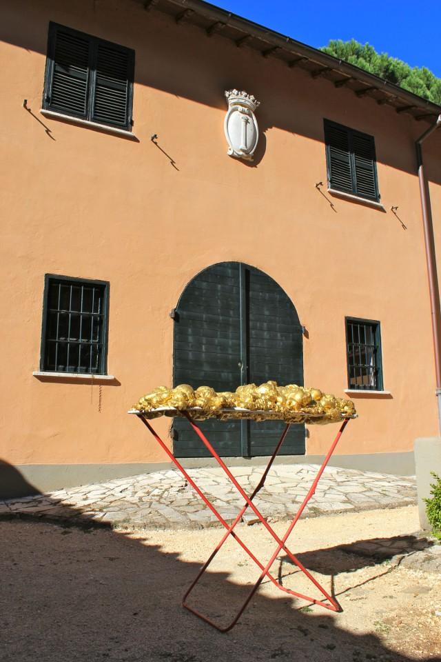 © Wilhelm Roseneder. Goldene Erweiterung/Golden expansion, 2005-2009. Polyurethan, Acryllack auf Metall (Wäschetrockner)/Polyurethane, acrylic varnish on metal (airiel drier), 1.92x1.07x60 cm. Artist in Residence. Azienda Colonna. Cervinara, Paliano, Italy 2011