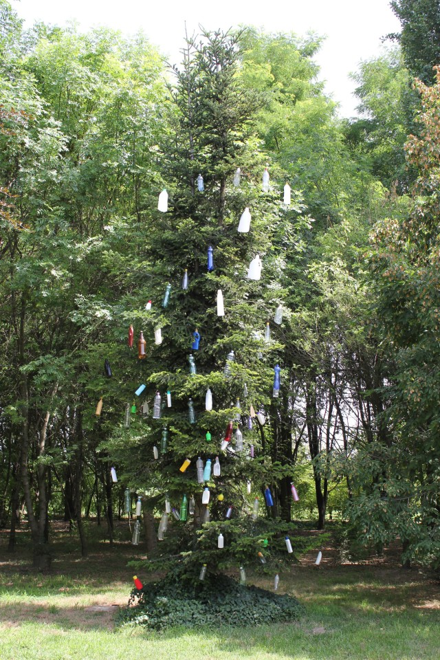 © Renate Egger. Plastikbaum/Plastic tree, 2012. Installation, Plastikflaschen, Baum, Fotografie, Video/Installation, plastic bottles, tree, photography, video. Trans Pulmina. Artfarm Pilstro. Pilastro di Bonavigo, Verona, Italy