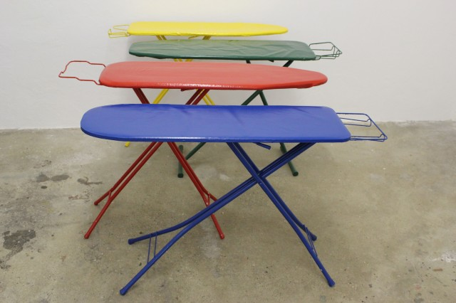 © Wilhelm Roseneder. Variable Erweiterungen (grün, gelb, blau, rot)/Variable expansions (green, yellow, blue, red), 1999-2008. Acryllack auf Metall, Soff (Bügelbretter)/Acrylic varnish on metal, fabric (ironing boards)