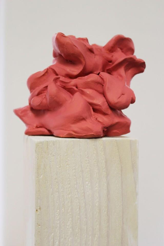 © Wilhelm Roseneder. Rosa Kunstgriff, 2002-2006. Ungebrannter Ton, Lack, Stele/Non-fired clay, varnish, stele, ca. 2o cm