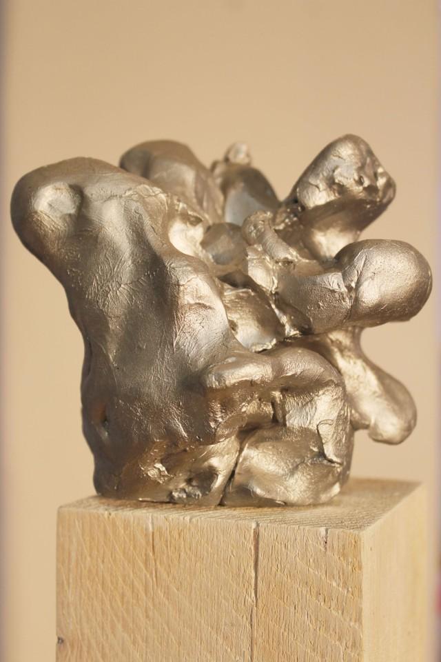 © Wilhelm Roseneder. Silberner Kunstgriff, 2002-2006. Ungebrannter Ton, Lack, Stele/Non-fired clay, varnish, stele, ca. 2o cm
