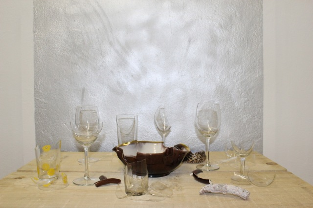 © Renate Egger. Zerbrochene Erinnerungen/Broken memories, 2012. Installation, Gläser, Porzellan, römisches antikes Fragment , Muschel aus Sansibar, Fotografie/Installation, Glasses, porcelain, roman antique fragment, shell from Sansibar, photography