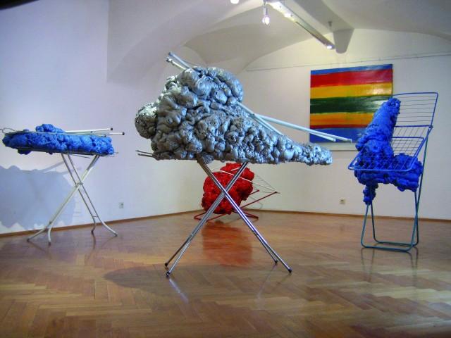 © Wilhelm Roseneder. Square item, 2006. Lack auf Leinen/Varnish on canvas, 130x130 cm. Erweiterungen/Expansions. Austrian Cultural Forum Bratislava, Slovakia, 2007