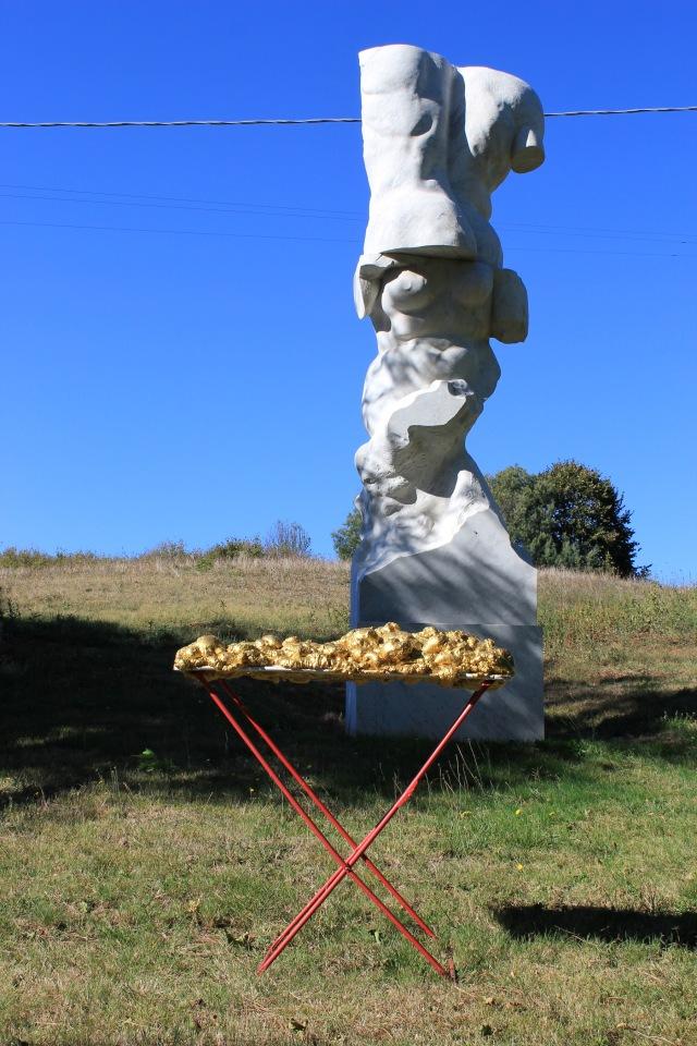 © Wilhelm Roseneder. Goldene Erweiterung/Golden expansion, 2005-2009. Polyurethan, Acryllack auf Metall (Wäschetrockner)/Polyurethane, acrylic varnish on metal (airiel drier), 1.92x1.07x60 cm. Artist in Residence. Azienda Colonna. Cervinara, Paliano, Italy 2011. Michelangelo Pistoletto. Il gigante, 1981-1983. Weisser Carrara Marmor/White Carrara marble, 600x150x120 cm
