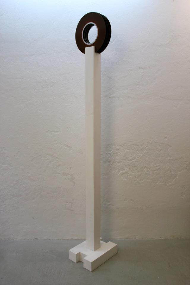 Perception, 2015. egger roseneder contemporary. Wilhelm Roseneder. Das Wissen des 20. Jahrhunderts/The knowledgment of the 20th century. Holz, Magnetscheiben/Wood, magnetic disk. H. 230, disk 36 cm ©