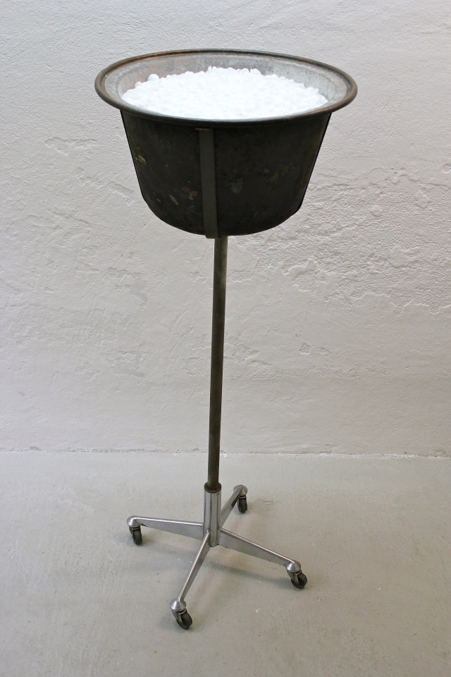 © Wilhelm Roseneder. Inhalt/Content, 1994. Kupferkessel, Styropor/Copper kettle, styrofoam