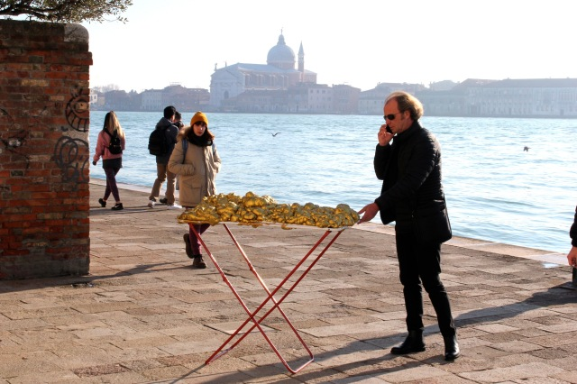 © Renate Egger and Wilhelm Roseneder. Goldene Erweiterung/Golden expansion. Street art project. Venice, Italy, December 2016 Contemporary Venice. It´s Liquid. International Art Show. Palazzo Flangini, Venice, Italy